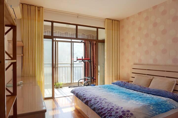 主卧室到顶大衣柜、书桌、空调,一应俱全,大阳台还有健身器材。