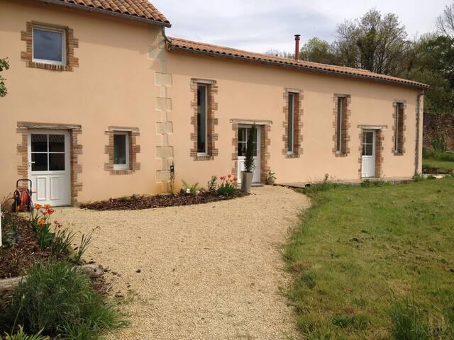 chambres ou logement entier - Ligugé - House