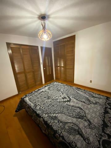 Recámara principal (2)- Cama matrimonial, espacio de trabajo, dos amplios closets, piso de madera y hermoso ventanal