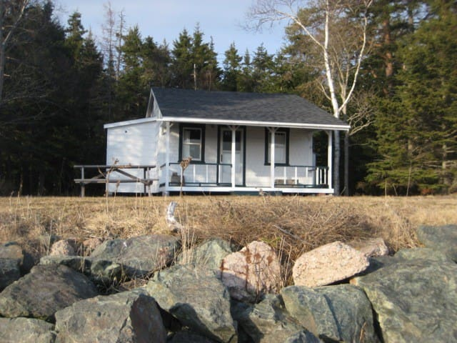 Stone's Throw Cottage and the Breakwater- You are on the Bay of Fundy!
