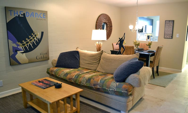 2BR Condo, Heated Pool-Walk to Old Town Scottsdale