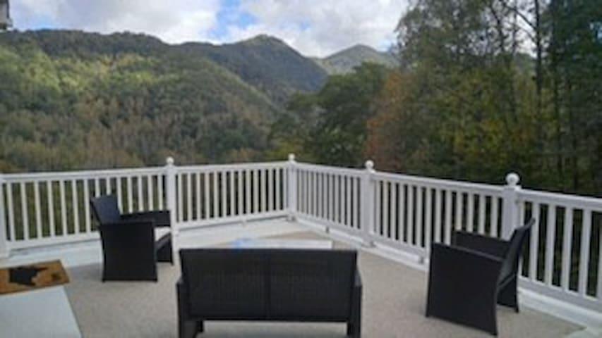 Breathtaking balcony mountain views near Asheville