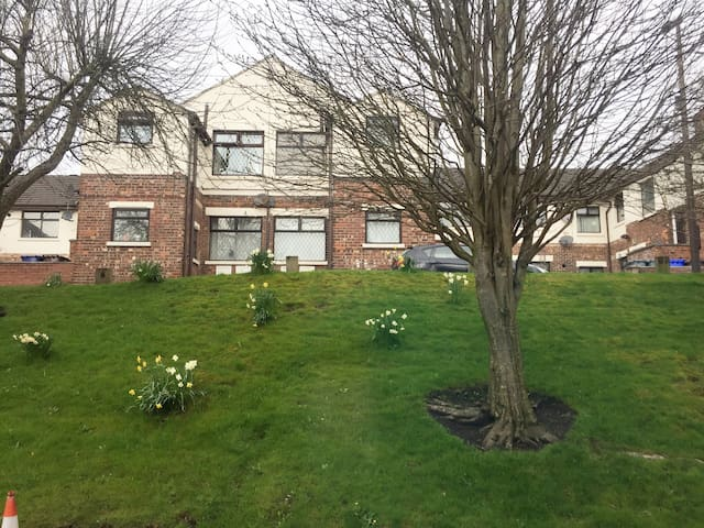 Full 1 bed garden flat near city centre and arena