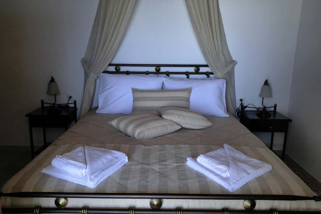 Bedroom with own entry and sea view from the bed through the open door. Bed size 160 x 200 cm