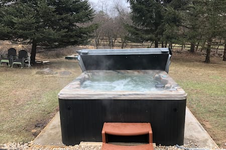 Modern house Hot Tub, Central A/C WiFi 250 Mbps