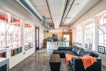 Luxury Bright & Airy Industrial Loft Downtown LA