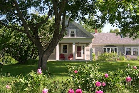 Idyllic Coastal Farmhouse - Lamoine - Rumah