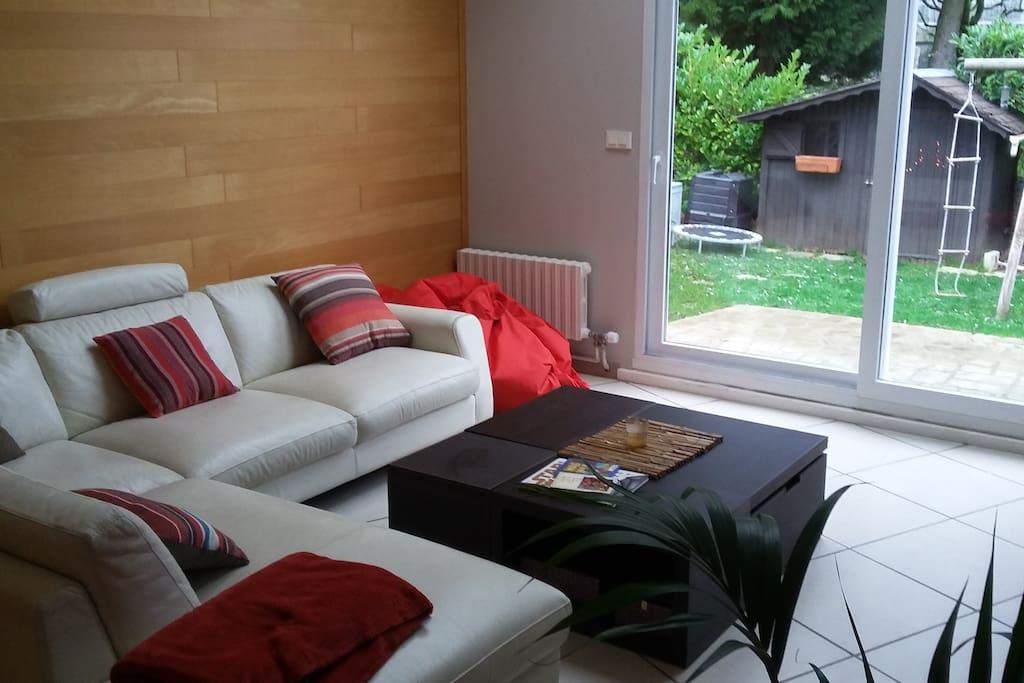 Salon lumineux et spacieux, confortable avec TV