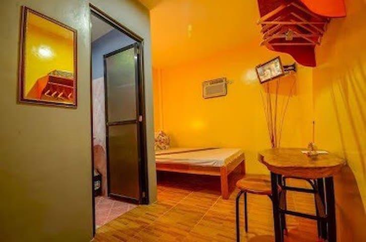 P. Princesa - Couple Room 1: Buckeyefly Guesthouse