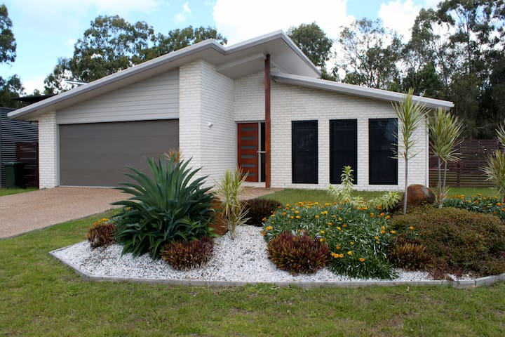 Modern 4 bed home, 10 minute walk to the beach