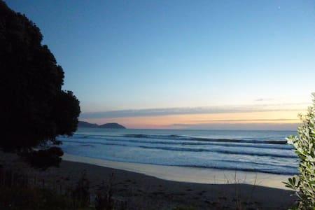 2 mins walk to Wainui Beach, Breakfast included!