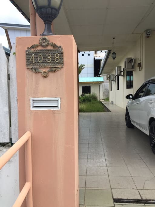 5-8 minutes drive to Miri airport. 7-10 minutes drive to Miri town. Supermarket, restaurant (mamak, others) only 3 minutes drive. House are fully autogate and equipped with alarm. Very nice neighborhood & friendly neighbour :)
