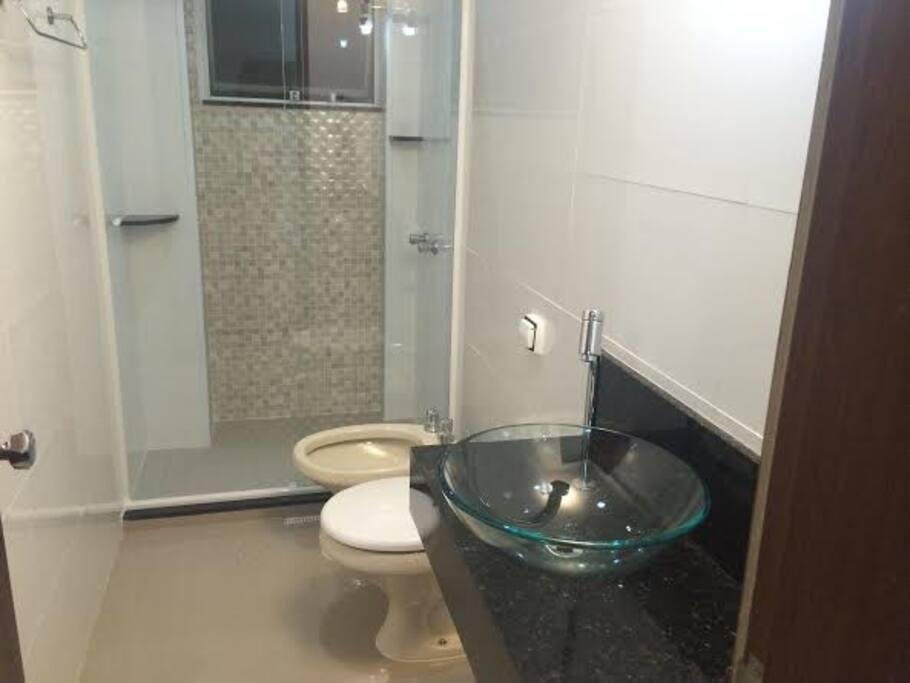 São 03 banheiros amplos ( 01 bwc social suíte e área de serviço), confortáveis e banheiros novos ( redecorados recentemente). Inclui roupas de banho, produtos de higiene( shampoo e sabonete)e secador de cabelos.