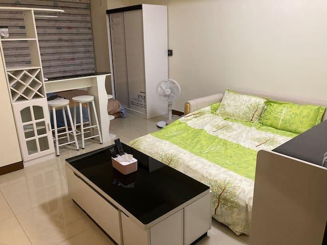 丹曼簡約公寓套房-Hello Kitty +亞麻沙發床🌟每次更換床單🌟防疫期間,完整消毒🌟