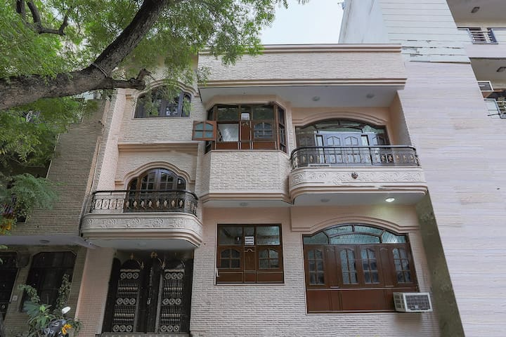 OYO 1BR Dwelling in Janakpuri - Marked Down!