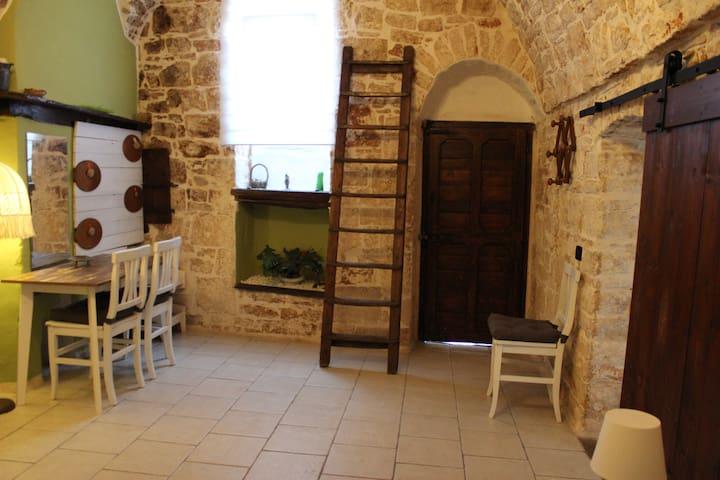 Camera 2 con scrivania .scala in legno antica portaindumenti .magiatoia cavallo .e mangiatoia pecora.