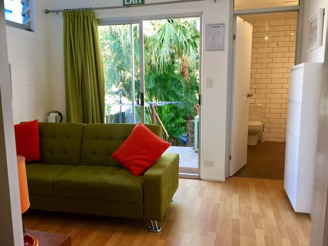 Private 1 bedroom Guest Suite, deck & Court yard - Maroochydore - Guesthouse
