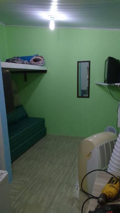sofá cama, que pode ser colocado colchão em cima.ar condicionado portátil,além do ventilador