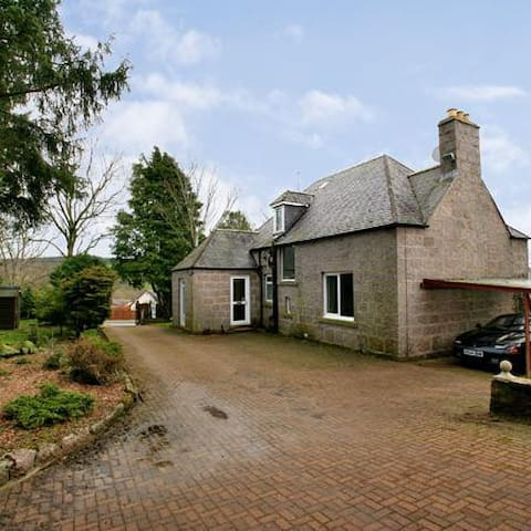 EXECUTIVE TRADITIOANAL DETACHED GRANITE VILLA - Aberdeenshire