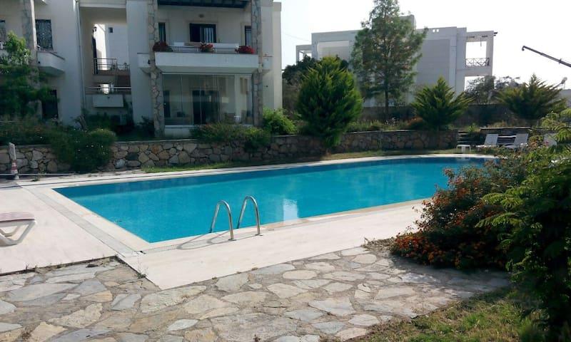 Havuzlu sitede, merkeze ve denize yakın özel oda