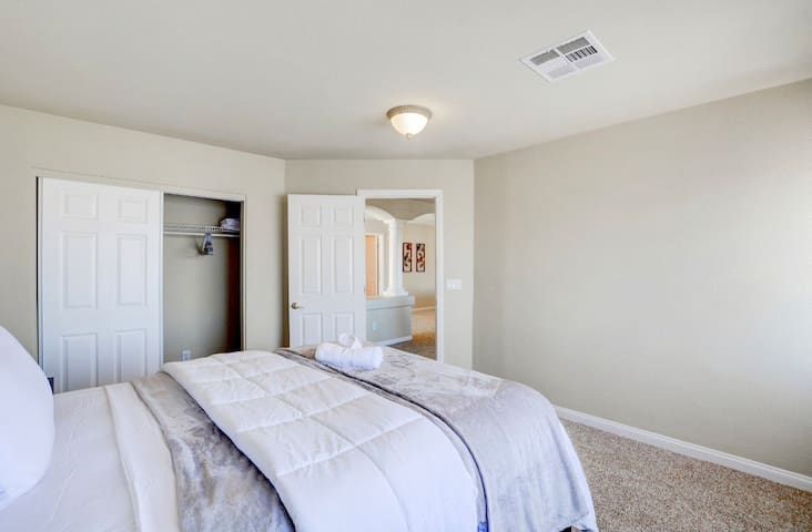 7 min from Strip 3 Bedroom 1 Bath Home