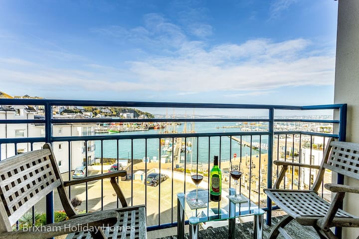64 Moorings Reach - Super luxury 3 bed apartment with balcony, parking, wi-fi & lift