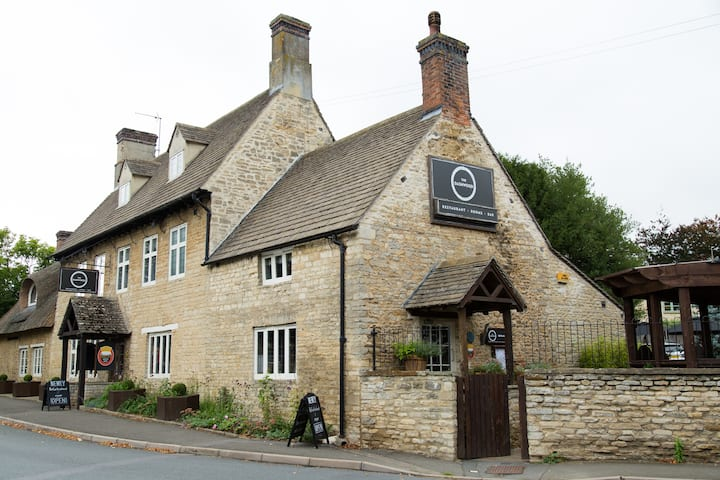 The Old Barn at the Dashwood Arms - All 4 Rooms