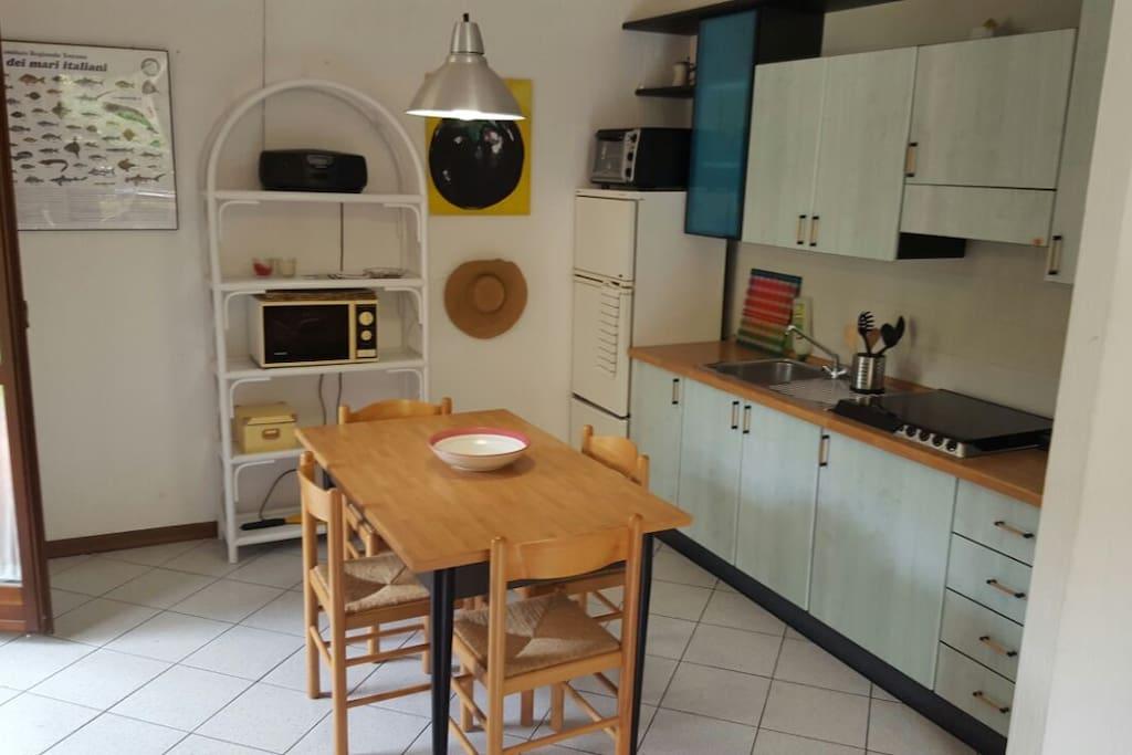 cucina con microonde e cornetto