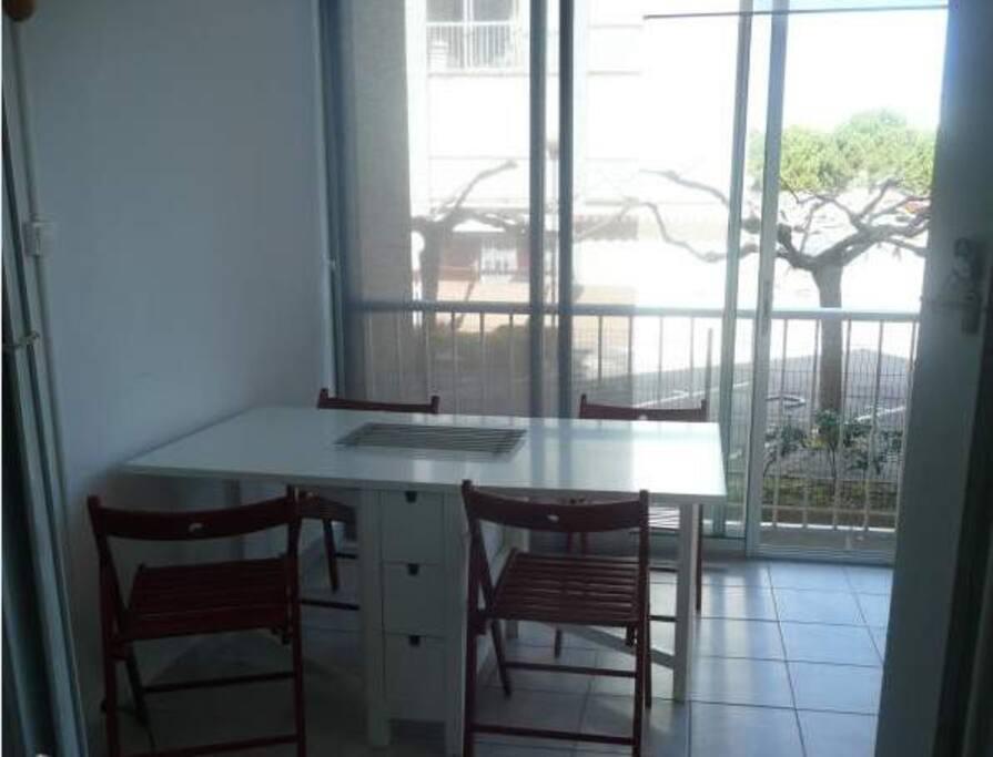 La loggia lumineuse accueille une table pliante ( de 2 à 6 personnes) et un fauteuil relax.