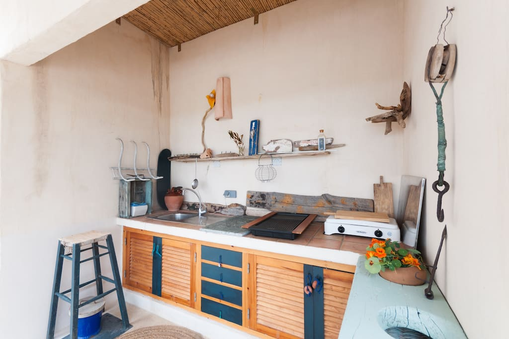 La cuisine extérieure, toute équipée, idéale l'été, du matin au soir. La plancha à gaz est en face.