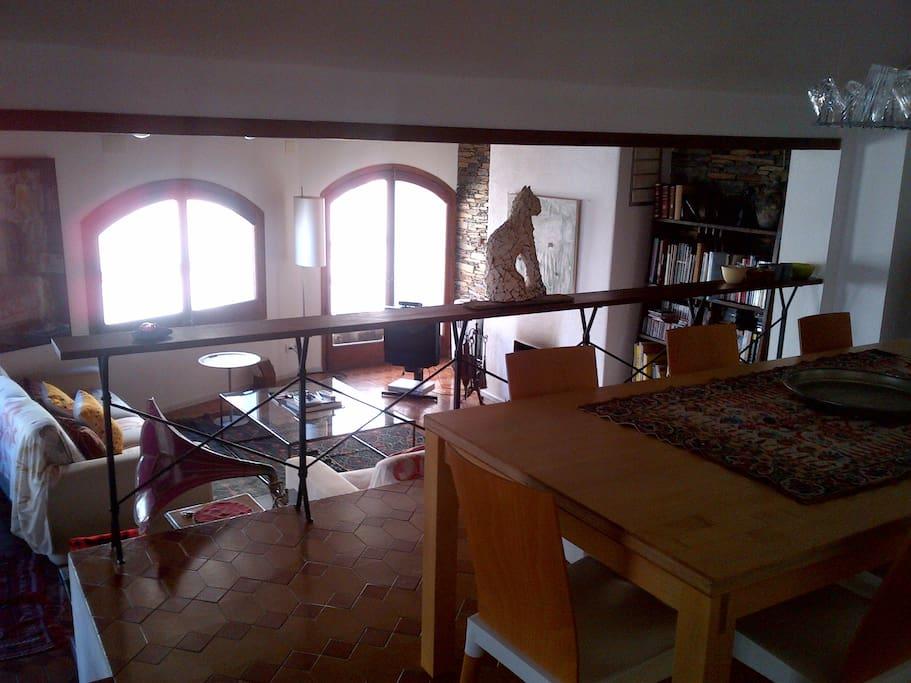 Detalle del salón -comedor abierto y con desnivel