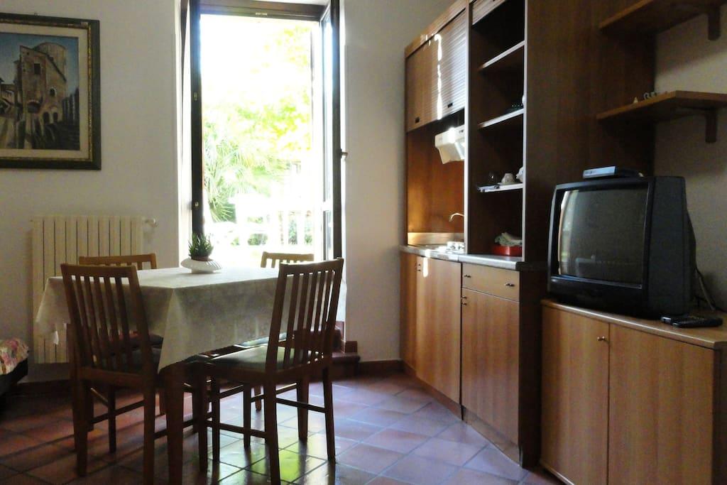 Veduta della cucina e finestra che da al giardino