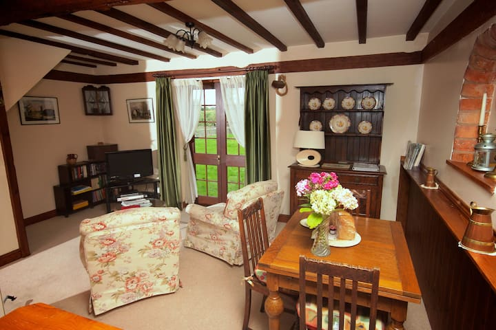 Grooms Cottage 4**** conversion - Cotswolds area
