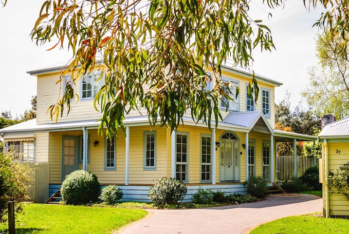 Summer Days-Gorgeous 4 bdrm home with FREE Wi-Fi!