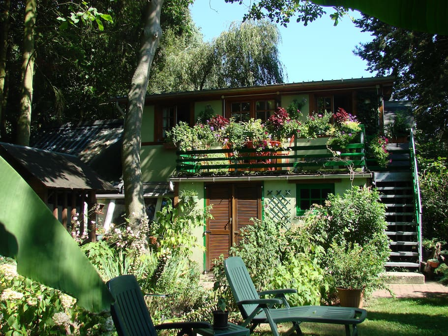 L'extérieur du gîte et son jardin privatif / Accommodation and its private garden