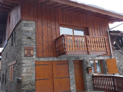 chalet savoyard face  aux 3 vallées - Montagny - Almhütte