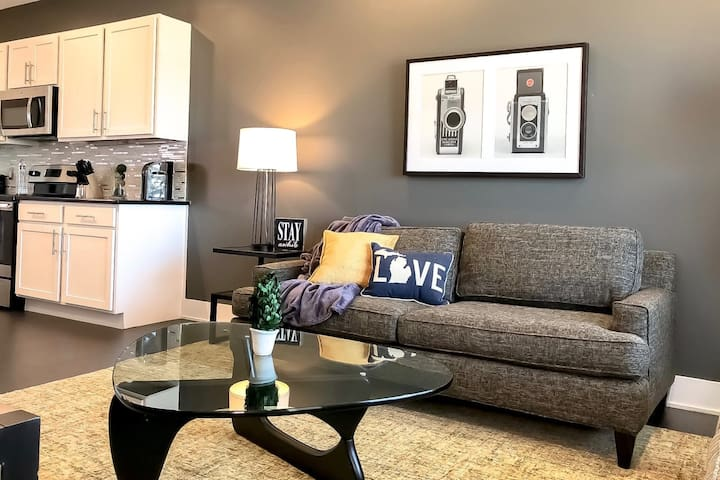 Executive 2BR w/ Balcony in Downtown GR