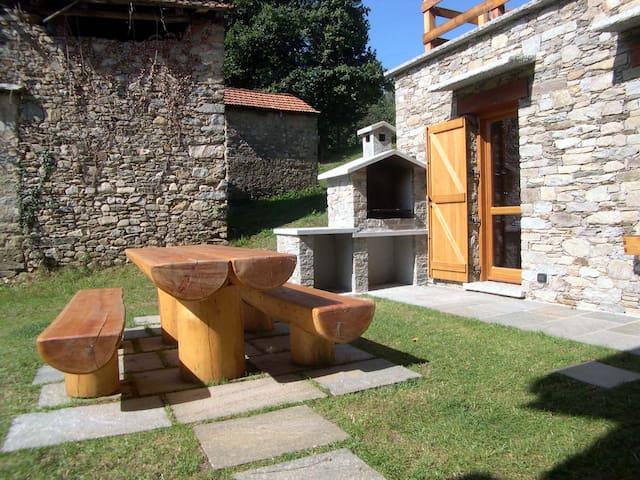 Giardino privato con tavolo e barbecue