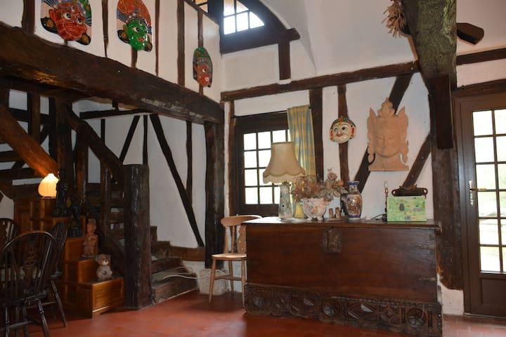 Longère normande à pans de bois et toit de chaume - Goupilleres - House
