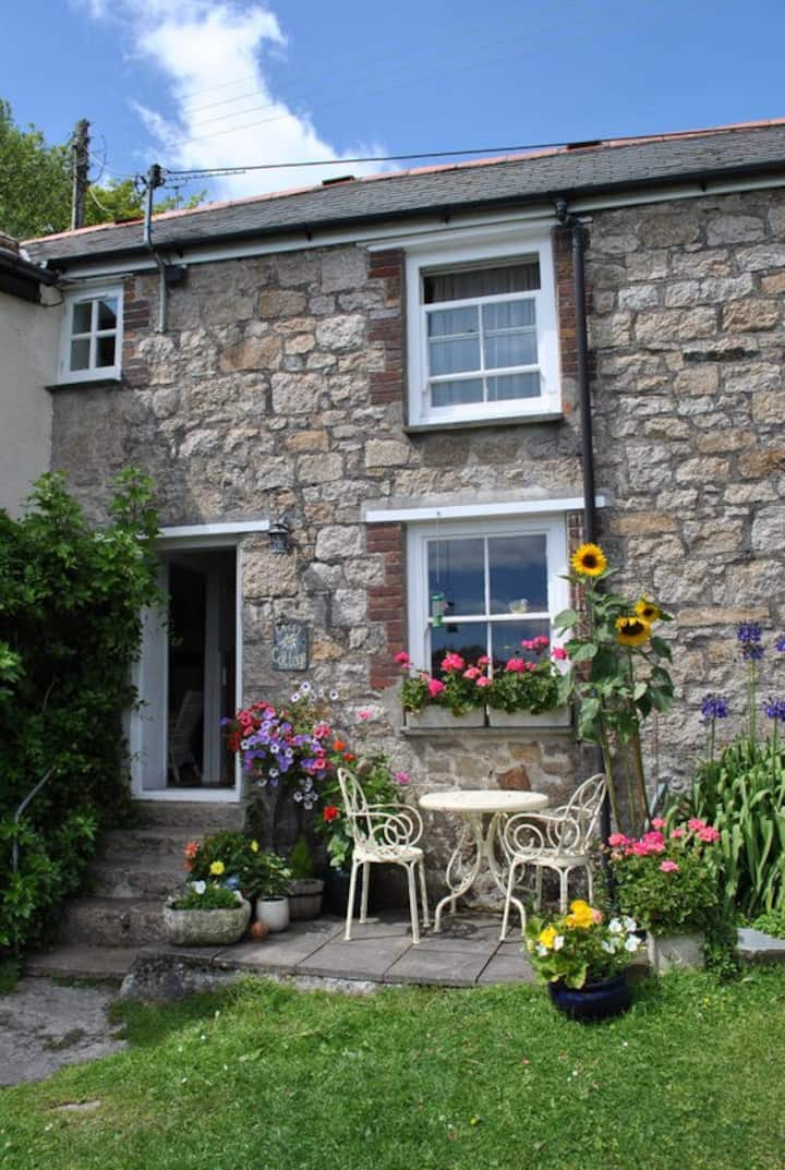 Pretty Cornish Cottage with Sea Views