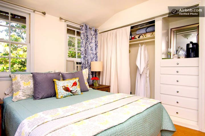 Charming Guest Cottage: Walk to Universal! - Los Angeles