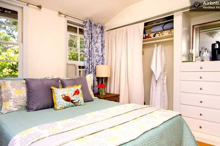 Charming Guest Cottage: Walk to Universal! - Los Angeles - House