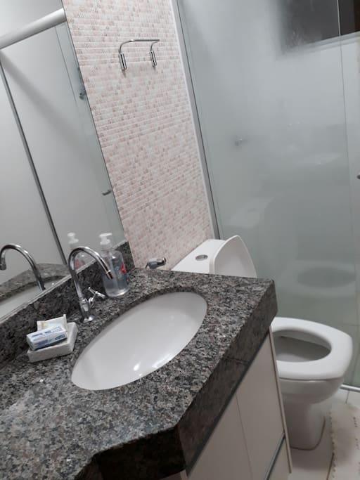 pia vaso e boxe do banheiro privativo