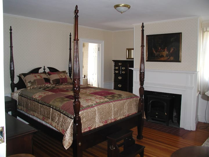 Queen size room with private bath and breakfast