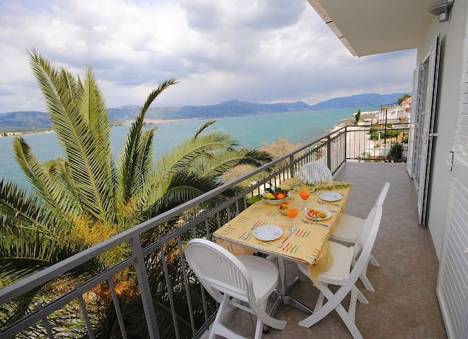 Colors Apartment for 5 with seaview