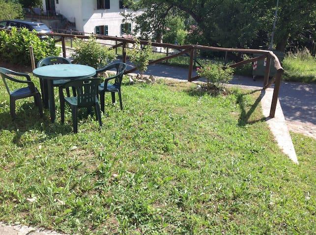 il giardino con tavolino e sedie