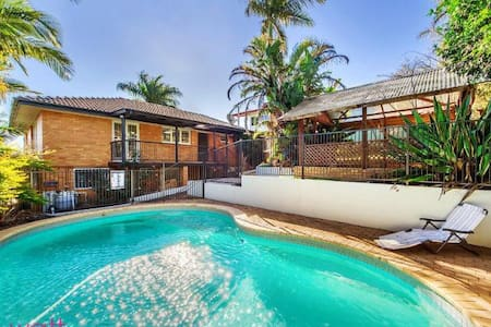 family 3 BR house with cool swimming pool - Aspley