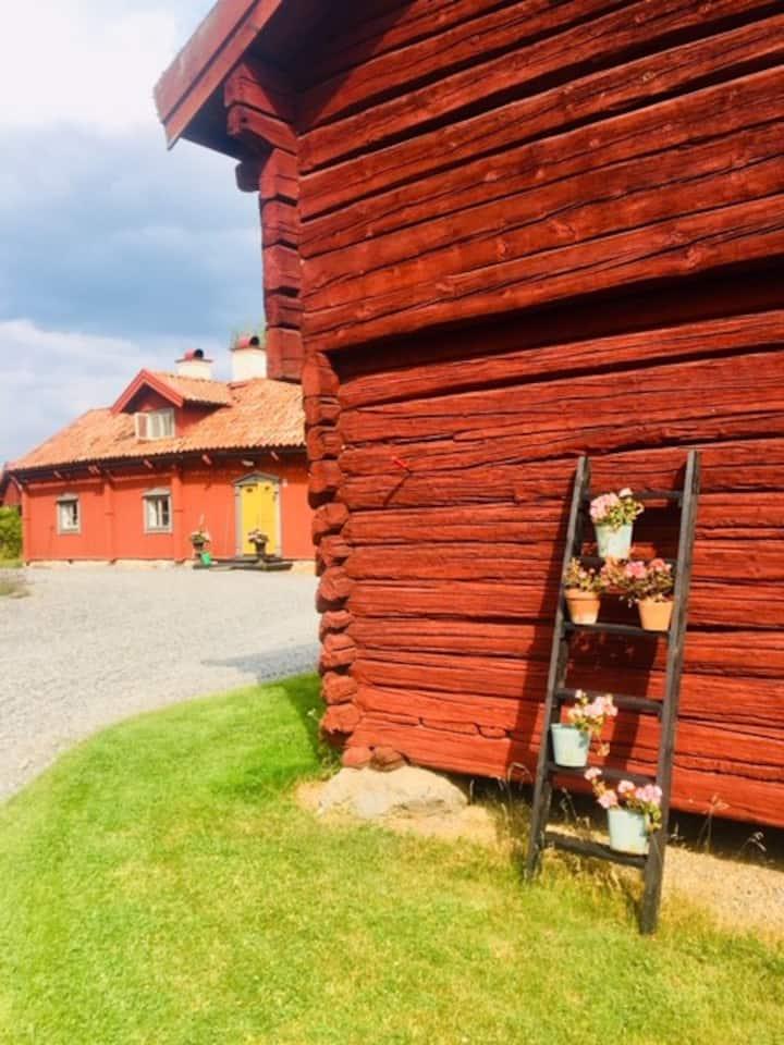 Bo på 1700-talsgård i hjärtat av Södermanland