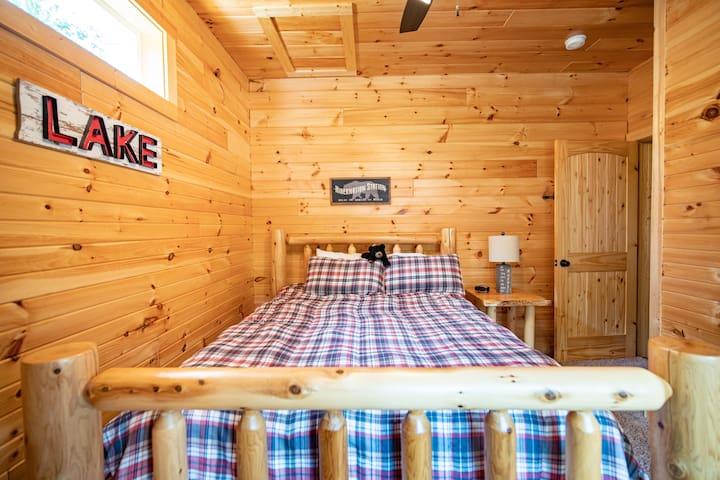 Bedroom, main floor, queen bed