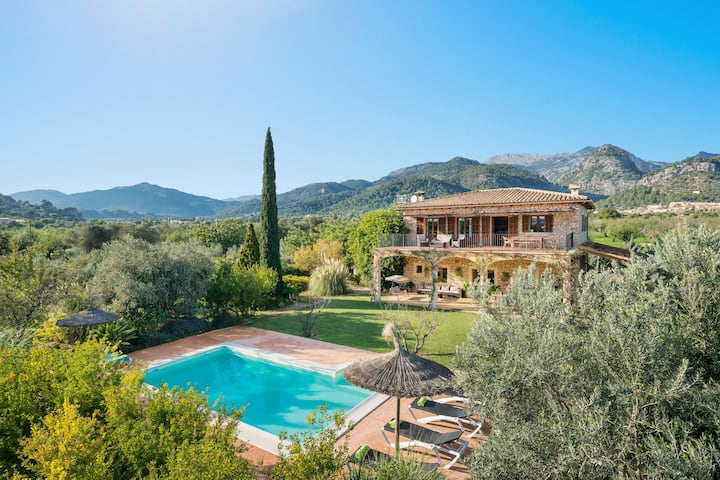 CAS COLECTOR - Impressive villa with private pool and spectacular views to the mountains around. Free WiFi
